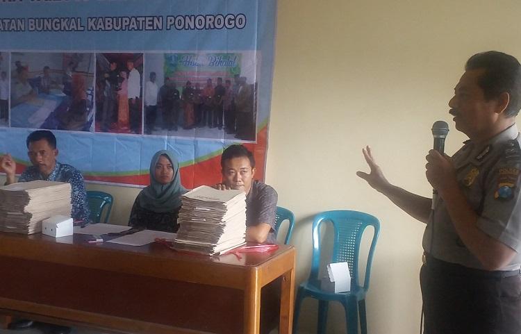 Penyerahan Sertifikat Tanah (Foto Nurcholis/Nusantaranews)