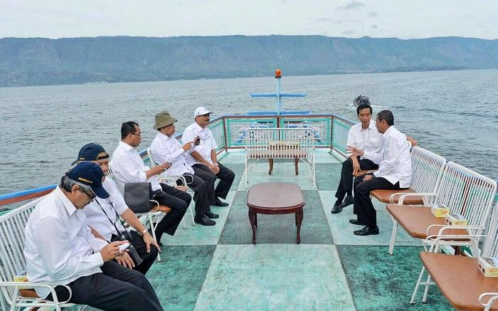 Presiden Jokowi dan beberapa Menteri di Danau Toba. Foto: Twitter @Jokowi