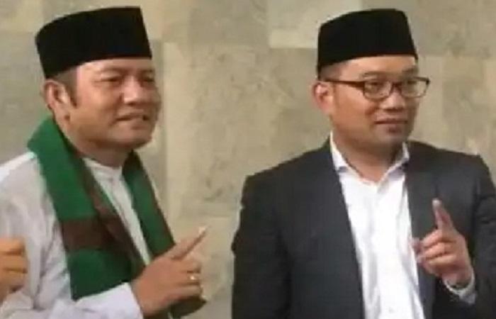 Ridwan Kamil dan Padil Karsoma angkat jari satu usai menggelar pertemuan di Purwakarta, Kamis (15/2/2018). (Foto: Fuljo/NusantaraNews)
