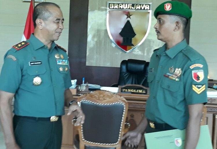 Sertu Waki (Kanan) Saat Mendapat Penghargaan dari Pangdam Brawijaya (Foto Pendam Nusantaranews.co)