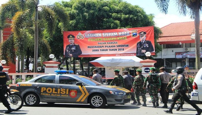 Personil kepolisian Polres Blitar dan anggota TNI melakukan simulasi pengamanan Pilgub Jawa Timur 2018. (Foto: Amrin/Istimewa)
