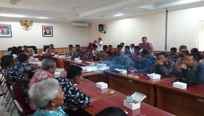 Sejumlah pejabat di lingkungan Kabupaten Pacitan dan Jawa Timur duduk bersama membahas masalah pertambangan. (Foto: Dok. Istimewa/NusantaraNews)