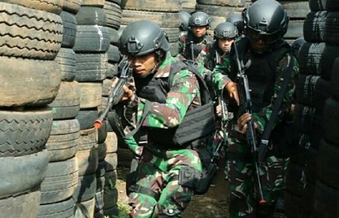 Prajurit Kostrad Yonif Raider 303/SSM beserta prajurit dari Kopassus memperagakan aksi pertempuran jarak dekat dalam Latma Garuda Shakti-6 di di Yonif Raider 300/BJW. (Foto: Dok. Kostrad)