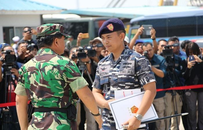 Panglima TNI Marsekal Hadi Tjahjanto memberikan penghargaan kepada anggota TNI AL yang berhasil menggagalkan upaya penyelundupan 1 ton sabu di perairan Batam. (Foto: Dok. Istimewa/Puspen TNI)