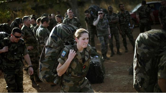 Pasukan Prancis tiba di Bandara Bamako, Mali, Kamis (17/1). Lebih dari 600 tentara Prancis dikerahkan untuk merebut kembali Mali utara dari militan yang berafiliasi dengan al Qaeda. (FOTO: AP/SP)