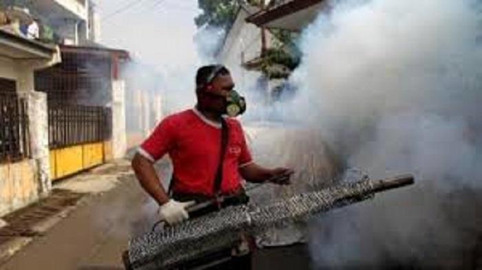 Pemeritah Desa Pragaan Daya bekerja sama dengan UPT Puskesmas Pragaan melakukan menyemprotan atau fogging pada rumah warga yang dianggap sarang DBD. (FOTO: NUSANTARANEWS.CO/Mahdi Al Habib).