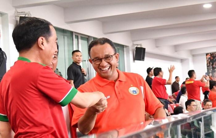 Presiden Jokowi bersama Gubernur DKI Anis Baswedan saat Final Piala Presiden. (Foto: BPMI/ES/Humas Setkab)