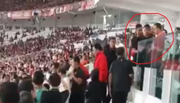 Screenshot video pendek Gubernur DKI Jakarta Anies Baswedan dicegah mendampingi Joko Widodo menyerahkan Piala Presiden 2018. (Foto: Screenshot video)