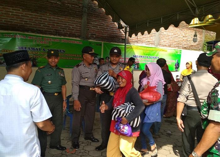 Kepala Desa Tarokan Supadi melunasi nazarnya untuk berbagi sesama kepada warga Desa Tarokan.