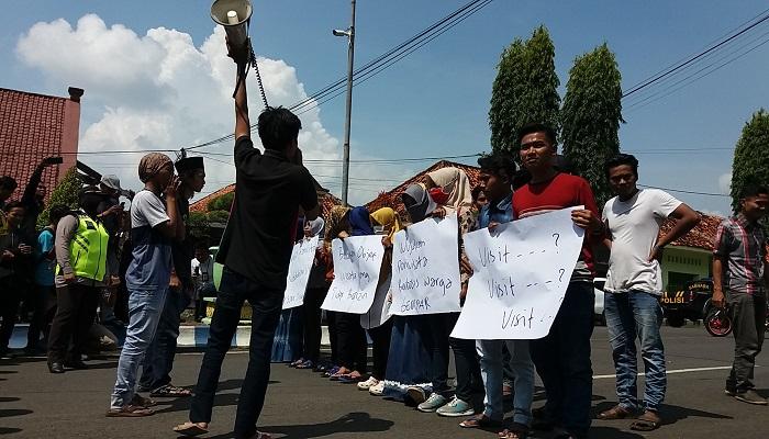 Gerakan Ekstra Mahasiswa Parlemen (GEMPAR) menggelar aksi domontrasi didepan Kantor Dinas Pariwisata Kebudayaan, Pemudah dan Olahraga (Disparbudpora) Sumenep Madura. (Foto: Mahdi Alhabib/NusantaraNews)