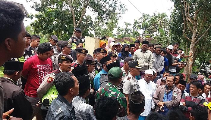Ratusan warga Desa Pakondang mendatangi Mapolsek Rubaru Sumenep Madura, Kamis (8/3/2018). (Foto: Mahdi ALhabib/NusantaraNews)