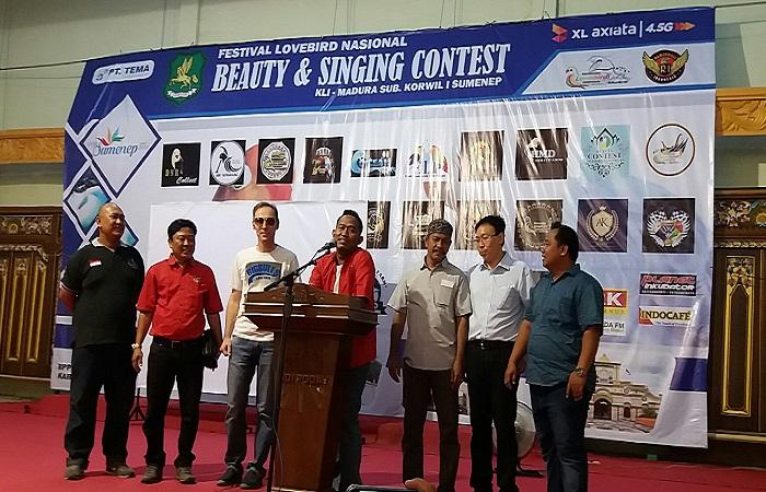Wakil Bupati Sumenep Ahmad Fauzi beserta perwakilan ketua KLI membuka acara Festival Lovebird Nasional Beauty dan Singing Contest. (Foto: Mahdi Alhabib/NusantaraNews)