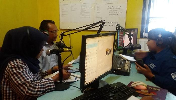 Komunitas Elang Biru Ponorogo, binaan Anggota Komisi X DPR RI, Edhie Baskoro Yudhoyono (Ibas) melakukan talkshow bersama para pendengar radio Songgolangit 99,2 FM Ponorogo, Selasa (27/3) untuk menggali aspirasi masyarakat dan konstituen. (Foto: Muh Nurcholis/NusantaraNews)