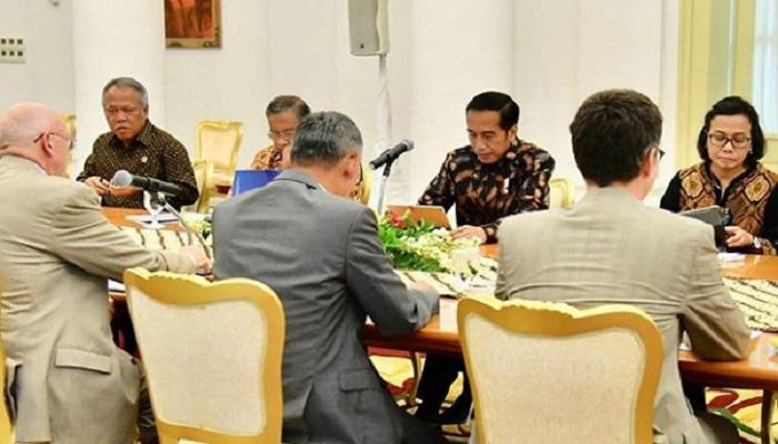 Presiden Joko Widodo dan sejumlah Menteri didatangi delegasi dari Asian Infrastructure Investment Bank (AIIB) di Istana Kepresidenan Bogor, Jawa Barat, Senin (12/3/2018). (Foto: BPMI)