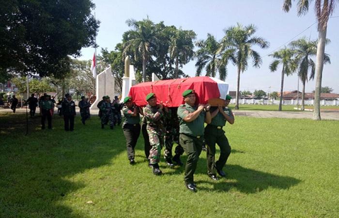 Prajurit TNI mengantarkan jenazah Peltu (Purn) Wijono ke peristirahatan terakhir. (Foto: Istimewa)
