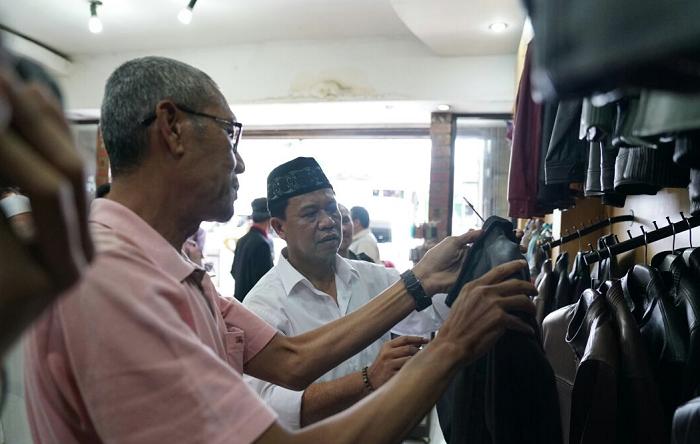 Anton Charliyan Saat Temui Pengrajin Kulit di Garut (Foto: Nusantaranews.co)