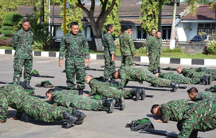 Dandim Jember Letkol Inf Arif Munawar meminta prajurit TNI berlatih dengan baik dan serius di Minggu Militer. (Foto: Istimewa)