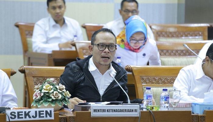 Menteri Ketenagakerjaan M. Hanif Dhakiri saat rapat kerja dengan Komisi IX DPR yang dipimpin oleh Ketua Komisi IX DPR Dede Yusuf di gedung DPR Jakarta, Selasa (20/3/2018). (FOTO: Humas Naker)