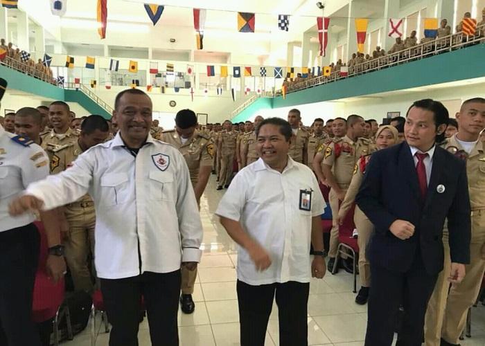 Praktisi hukum kelautan, pelayaran dan perikanan, Finsen Mendrofa memberikan kuliah terbuka di hadapan ratusan mahasiswa Politeknik Ilmu Pelayaran (PIP) Makassar. (Foto: Istimewa)