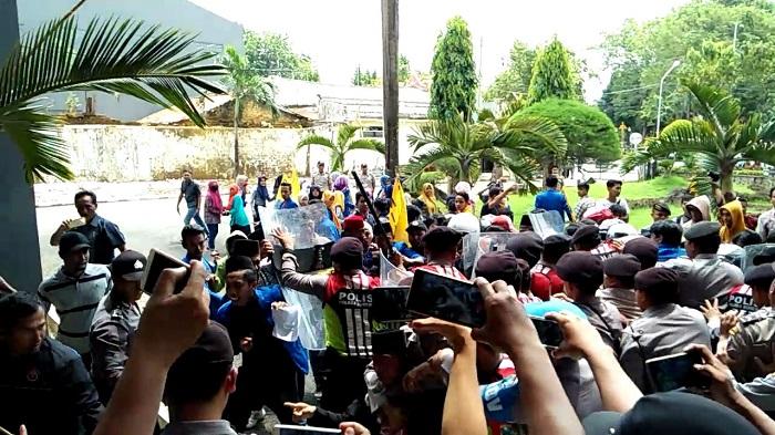 Ratusan mahasiswa yang tergabung dalam Pergerakan Mahasiswa Islam Indonesia (PMII) Cabang Sumenep demontrasi di Gedung DPRD Sumenep menolak UU MD3. (FOTO: NUSANTARANEWS.CO/Mahdi Al Habib)