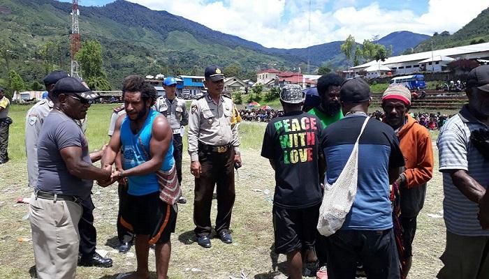Polres Tolikara menjadi mediator dalam penyelesaian masalah dengan hukum adat di Tolikara. (Foto: Kasrim/Nusantaranews)