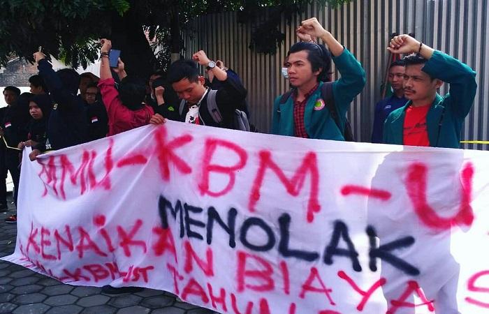 MMU-KBM UST menggelar gerakan pemasangan spanduk dan poster di titik strategis area Kampus 3 FKIP UST Jogja, Jl. Batikan, Umbulharjo. (Foto: Istimewa)