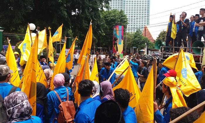 Ratusan mahasiswa yang tegabung dalam Pergerakan Mahasiswa Islam Indonesia (PMII) DKI Jakarta memenuhi kawasan Senayan Jakarta untuk melakukan demonstrasi terkait menolak revisi UU MD3, Rabu (07/03/2018) kemarin. (FOTO: NUSANTARANEWS.CO/Robiatul A.)