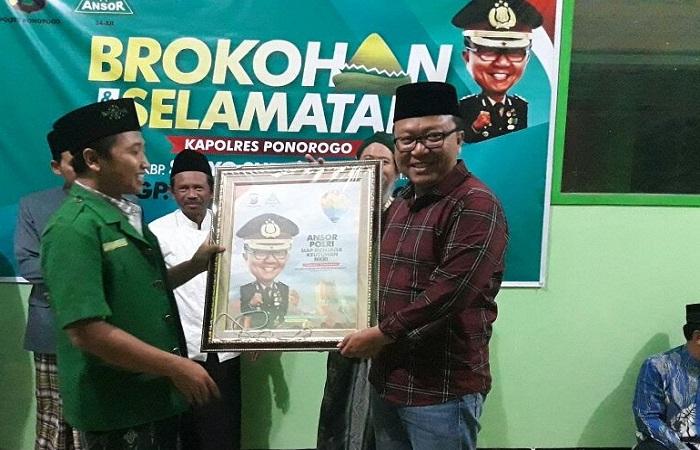 Kapolres Ponorogo AKBP Suryo Sudarmadi berpamitan dengan tokoh NU dan GP Ansor Ponorogo. (Foto: Muh Nurcholis/NusantaraNews)