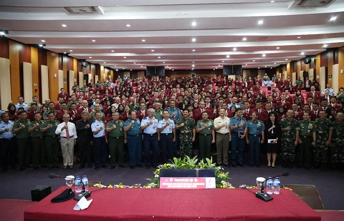 Panglima TNI Marsekal HAdi Tjahjanto memberikan kuliah umum bertajuk Kebijakan TNI dalam Menjaga Kedaulatan dan Keutuhan NKRI di Unhan, Sentul, Bogor, Selasa (13/3/2018). (Foto: Istimewa/NusantaraNews)
