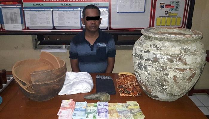 Tersangka kasus penipuan dengan modus ritual penggadaan uang gegerkan Bumi Reog Ponorogo, Jawa Timur ditangkap Unit Reskrim Polsek Siman, Selasa (13/3/2018). (Foto: Muh Nurcholis/NusantaraNews)