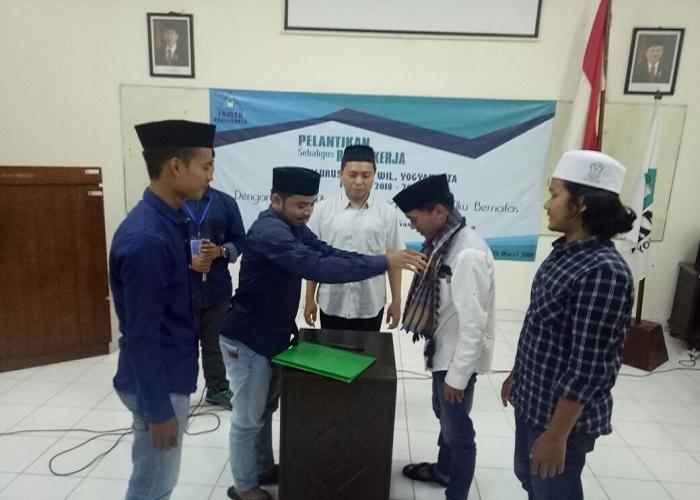 Pemimpin dan pengurus baru Forum Komunikasi Mahasiswa Santri Banyuanyar (FKMSB) Yogyakarta telah resmi dilantik, Minggu (25/3/2018). (Foto: Rudi Santoso)