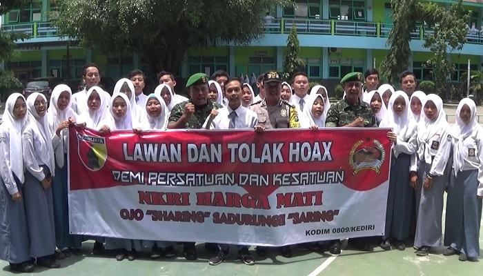 Para pelajar SMK Pawyatan Dhaha sangat antusias dalam mendeklarasikan anti hoax bersama TNI dan Polri. (Foto: Istimewa)