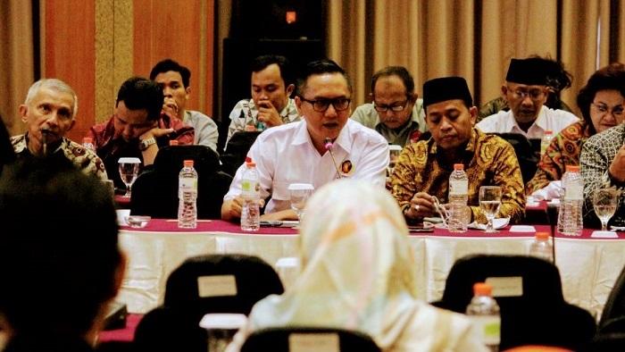 Presiden Gerakan Pribumi Indonesia (GEPRINDO) Bastian P. Simanjuntak (Tengah - berkemeja putih). (FOTO: Do. Pribadi/Istimewa)