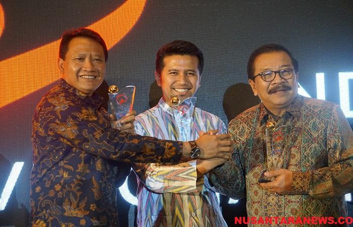 Bupati Trenggalek Emil Dardak mendapat penghargaan Best in Unlocking Local Potentiality. Gubernur Jatim Soekarwo sabet penghargaan Best Overall di ajang Indonesia Visionary Leader. (Foto: Setya/NusantaraNews)