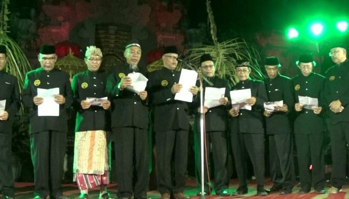 Forum Komunikasi Umar Beragama (FKUB) bergandengan tangan deklarasi anti hoax, Selasa (27/3) malam. (Foto: Istimewa)