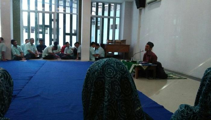 Alip Sugianto berceramah di hadapan karyawan dan karyawati di Aula Masjid Darusy Syifa, Kompleks Rumah Sakit Umum Aisyiyah (RSUA) Ponorogo, Rabu (28/3/2018). (Foto: Muh Nurcholis/NusantaraNews)