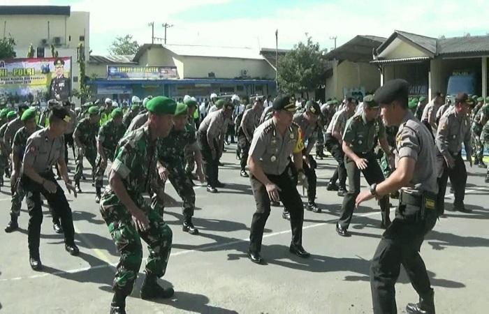 Dandim 0809 Kediri Lenan Kolonel Kav Dwi Agung Sutrisno dan Kapolres Kediri AKBP Erick Hermawan berbaur bersama personil TNI-Polri di lapangan Mapolres Kediri, Kamis (29/3/2018). (Foto: Istimewa)