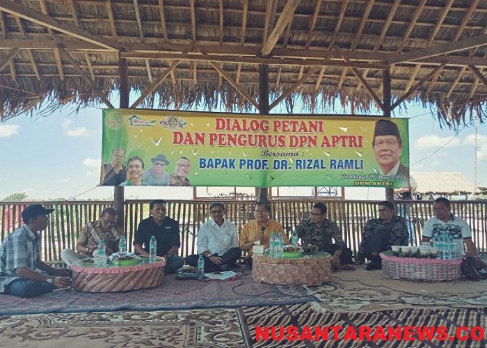 Rizal Ramli berdialog dengan Dewan Pimpinan Nasional (DPN) Asosiasi Petani Tebu Rakyat Indonesia (APTRI) di Surabaya, Kamis (29/3/2018). (Foto: Setya/NusantaraNews)