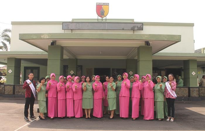 Persit KCK Cabang XXXVIII Kodim 0824 bersama Persatuan Istri Polri Pelajar SMK Negeri 4 Jember, FKPPI dan ASN Kodim 0824 Ikrar anti-narkoba, Senin (5/3). (Foto: Sis/Istimewa)