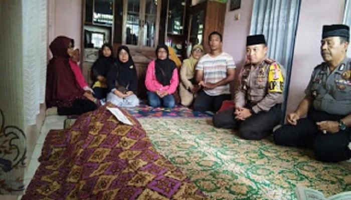 Para pelayat warga yang mendatangi rumah duka korban guru Enok yang tewas oleh pelaku jambret di Karawang Jabar. (Foto: Fuljo)