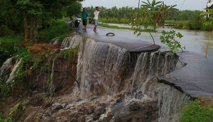 Sungai yang berada di Dusun Sembung meluap yang mengakibatkan badan jalan amblas sepanjang 10 meter dan lebar 5 meter di Dusun Sembong Desa Ngangkatan Kecamatan Rejoso, Senin (5/3).