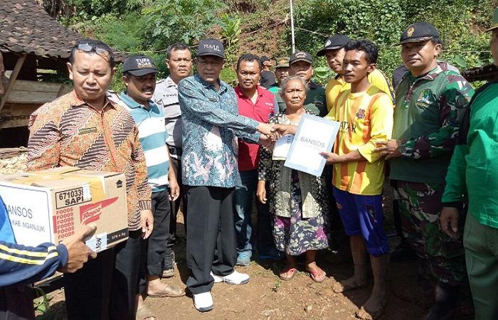 Plt Bupati Nganjuk, KH Abdul Wachid Badrus memberikan bantuan kepada warga yang terkena bencana tanah longsor, Jumat (9/3/2018). (Foto: Istimewa)