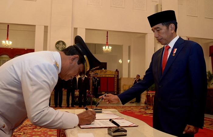 Presiden Jokowi melantik Isdianto sebagai Wagub Kepri Sisa Masa Jabatan Tahun 2016-2021, di Istana Negara, Jakarta, Selasa (27/3). (Foto: Humas/Oji)
