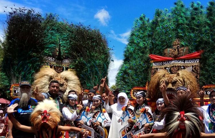 Khofifah berfoto dengan para pelaku seni Reog Ponorogo (Foto Nurcholis/Nusantaranews.co)