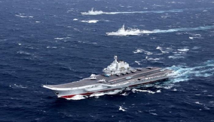 Kapal induk Lioning milik Cina berlayar secara teratur di Selat Taiwan. (Foto: Reuters)