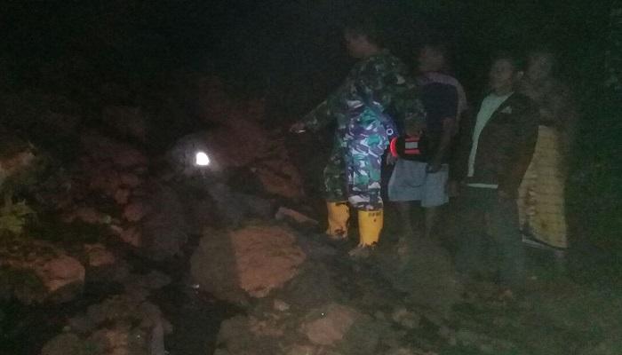 Bencana alam tanah longsor perengan setinggi 10-15 meter, lebar sekitar 5 meter menerjang dukuh Jatitunggal, Dlopo, Kepel, Ngetos, Kabupaten Nganjuk, Jawa Timur pada Senin (5/3). (Foto: Istimewa)