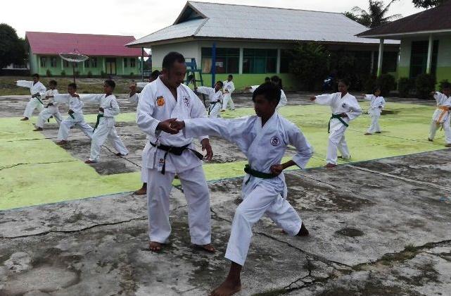 Mengajari anak-anak beladiri karate (Foto Istimewa)