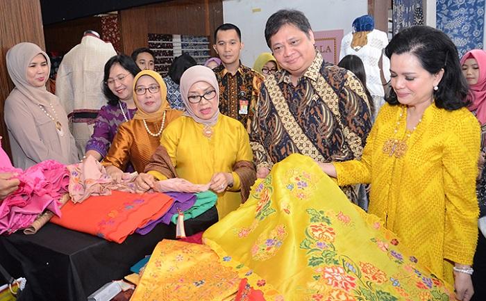 Menteri Perindustrian Airlangga Hartarto pada acara Pameran Pesona Busana dan Aksesoris Nusantara 2018 di Jakarta. (FOTO: Humas Kemenperin)