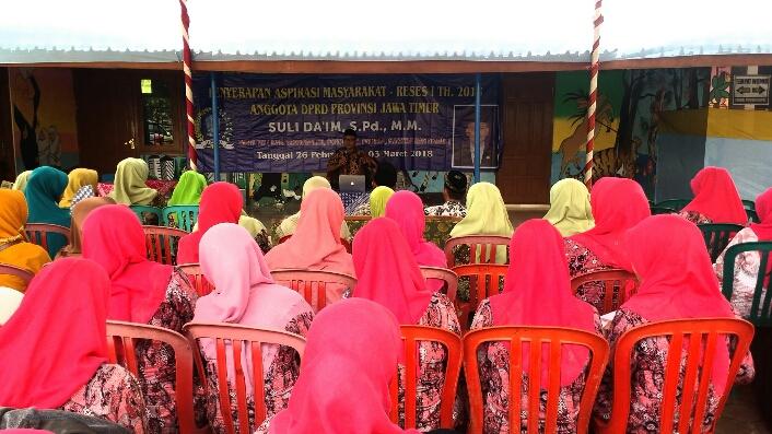 Para Guru Ponorogo sampaikan keluhan ke anggota DPRD (Foto Nurcholis/Nusantaranews.co)