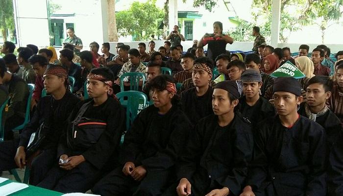 Para peserta lomba tanam padi di Pacitan (Foto Nusantaranews.co/Rantelino)